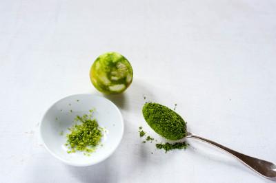 Limette gerieben und Matcha