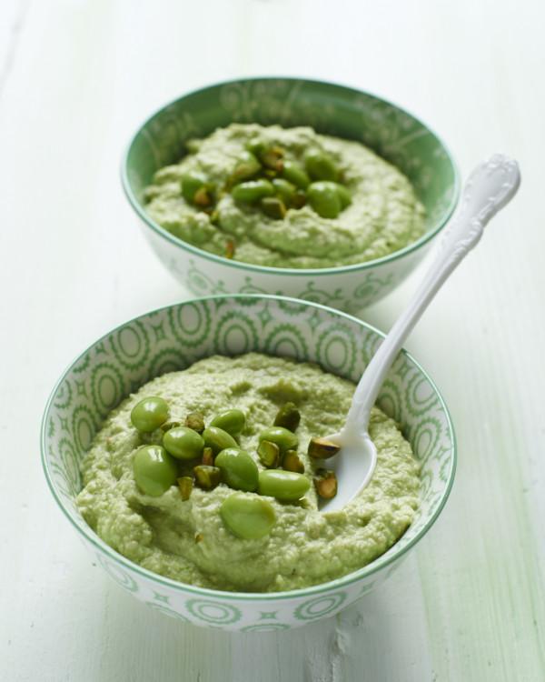 Edamame-Hummus in gruener Schuessel