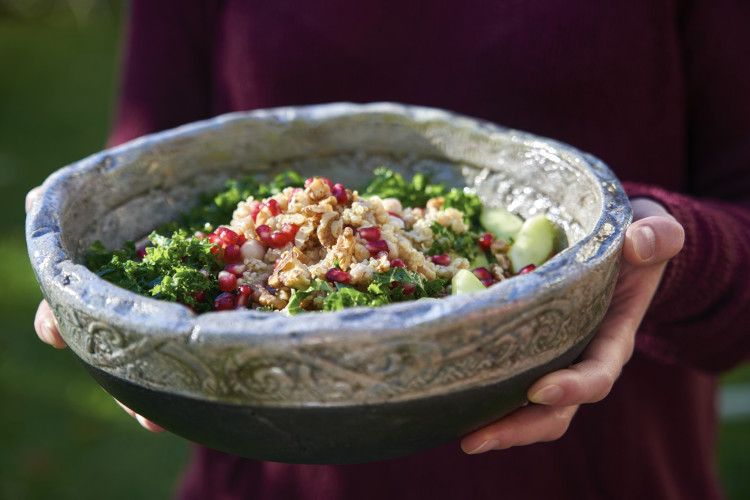 Superfood-Salat-Gruenkohl-Granatapfel in Schuessel