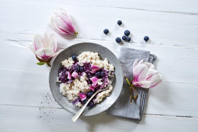 Milchreis mit Blaubeeren und Magnolienbluete