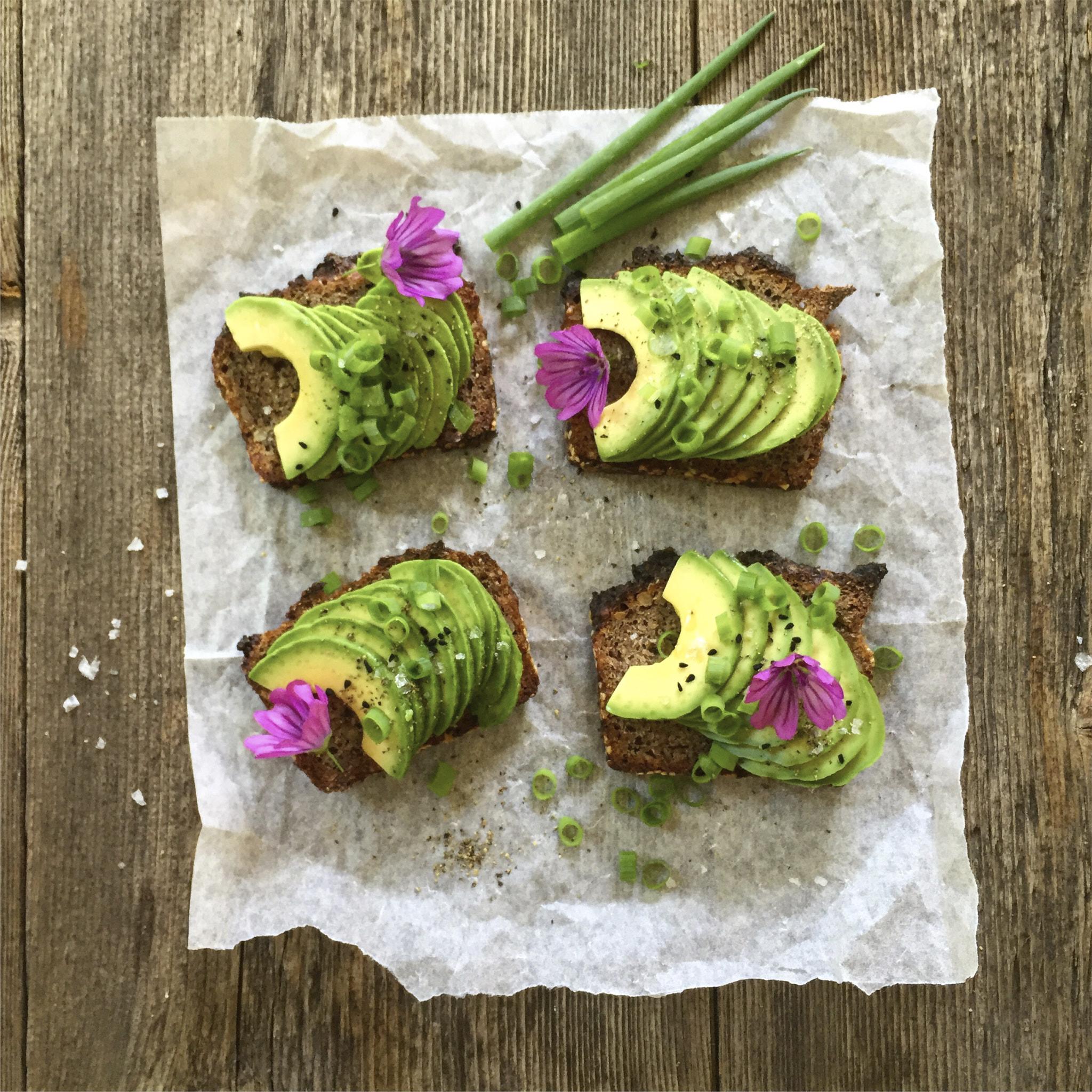 roggenbrot-sauerteig-roggenschrot-avocadobrote-brotscheiben-avocado-blueten