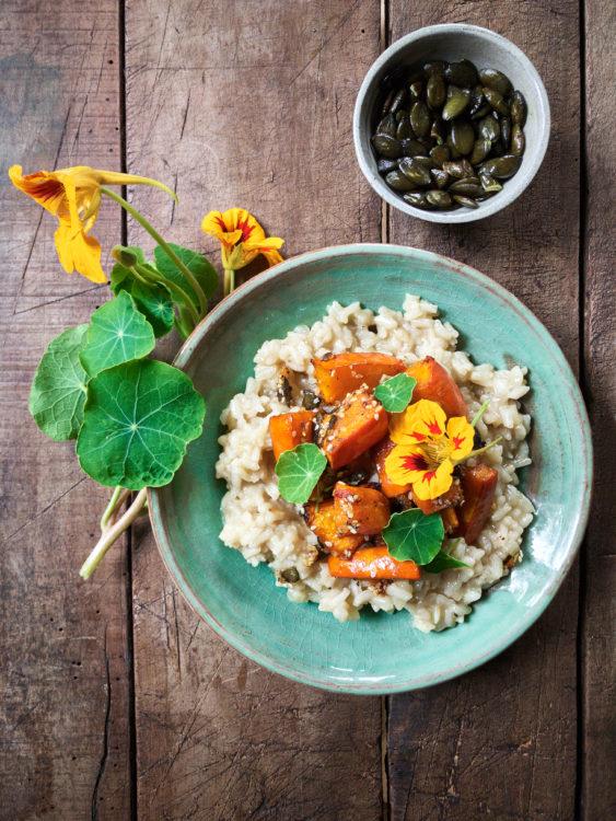 vegan-risotto-kuerbis-hokkaido-herbstessen-comfortfood-lebkuchengewuerz-sesam-rezept
