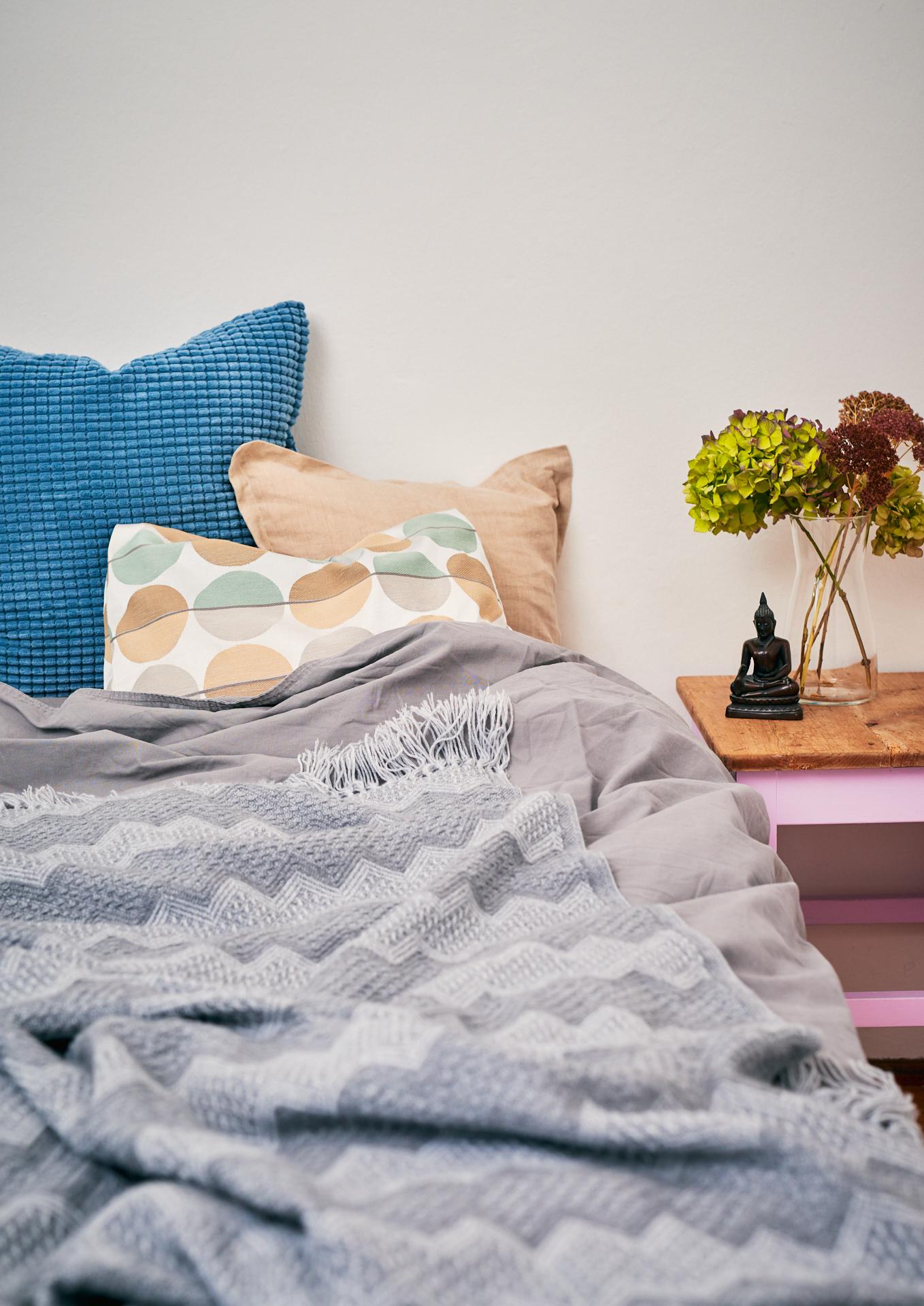 schlaftipps-schlafzimmer-bett-ruhige-farben