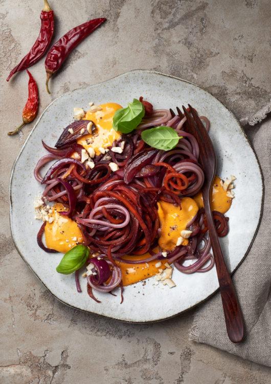 karotten-nudeln-moehren-spaghetti-cashew-kurkuma-vegan-schnell-aus-dem-vorrat-purple-food-violett-lila-kamut
