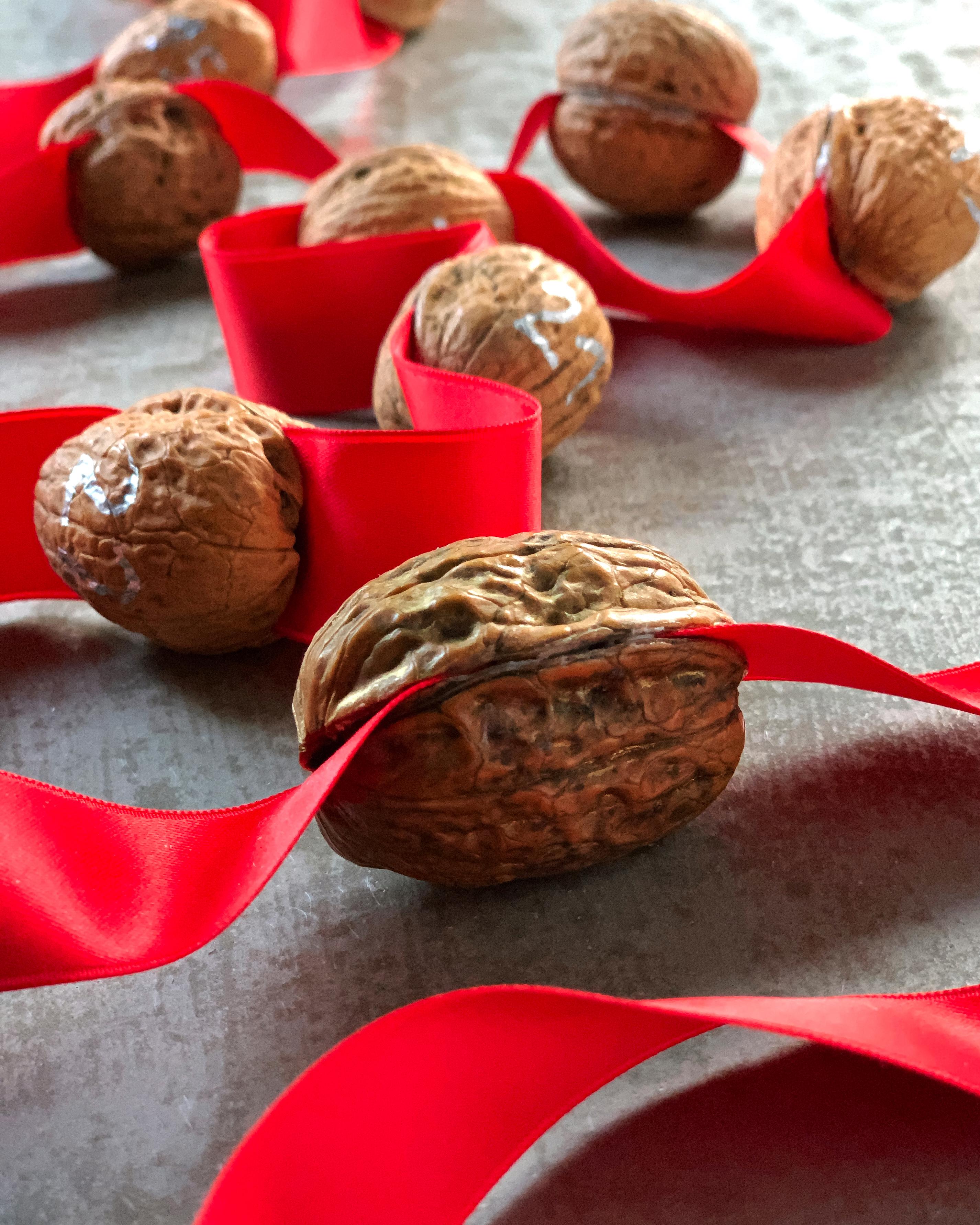 walnuss-adventskalender-geschenkband-nachhaltig-selbermachen-weihnachtsdeko