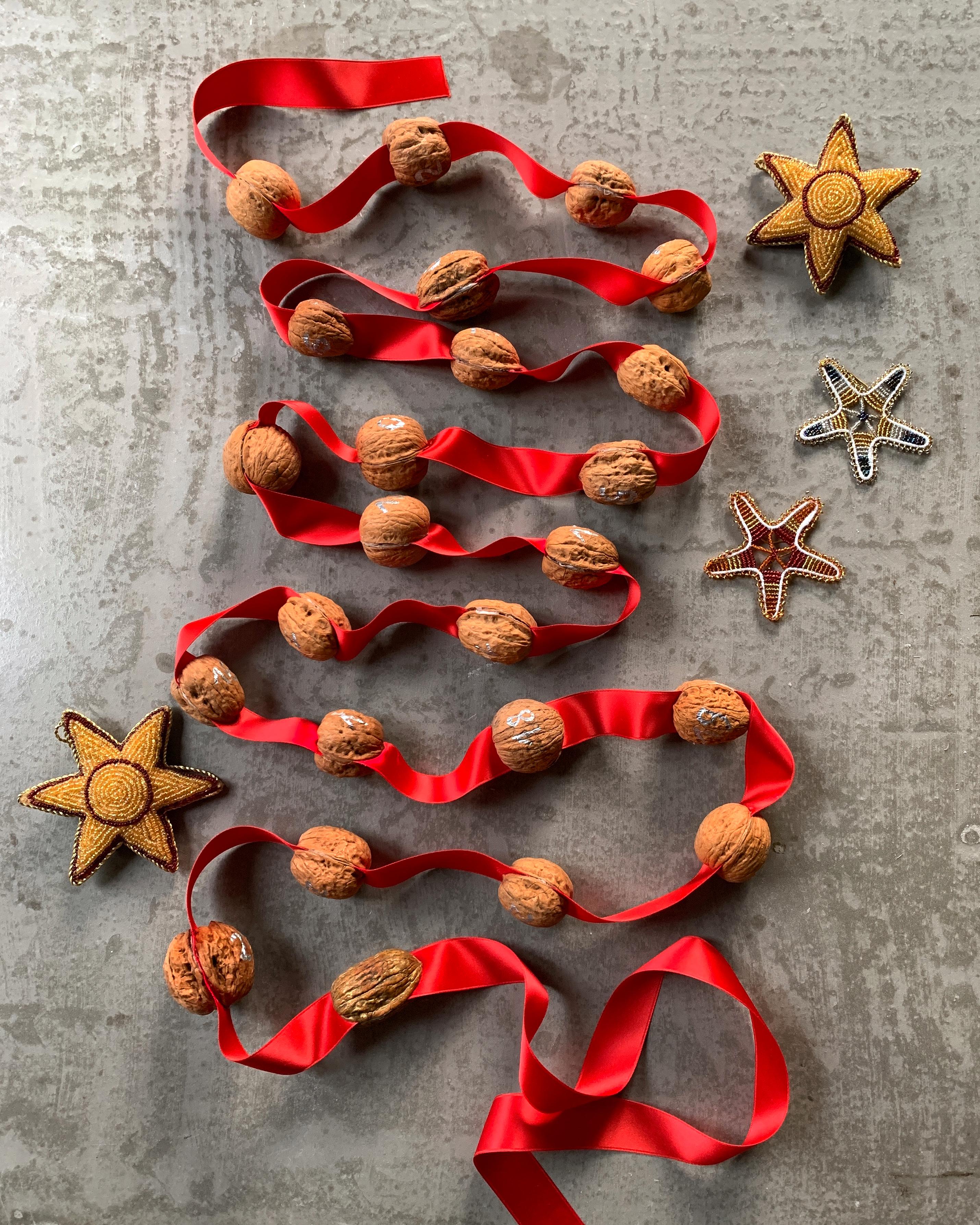 walnuss-adventskalender-geschenkband-sterne-nachhaltig-selbermachen-weihnachtsde