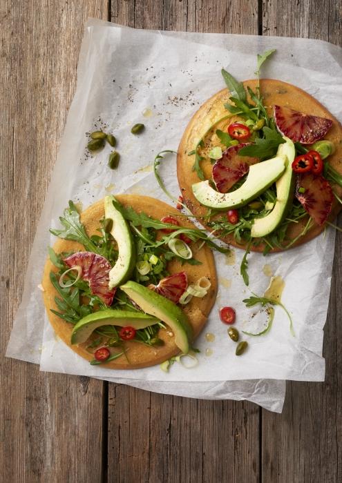 socca-kichererbsenpfannkuchen-farinata-vegan-topping-avocado-blutorange-rucola