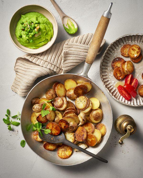 bratkartoffeln-knusprig-pfanne-erbsenpuree-minze-vegan-glutenfrei-comfort-food
