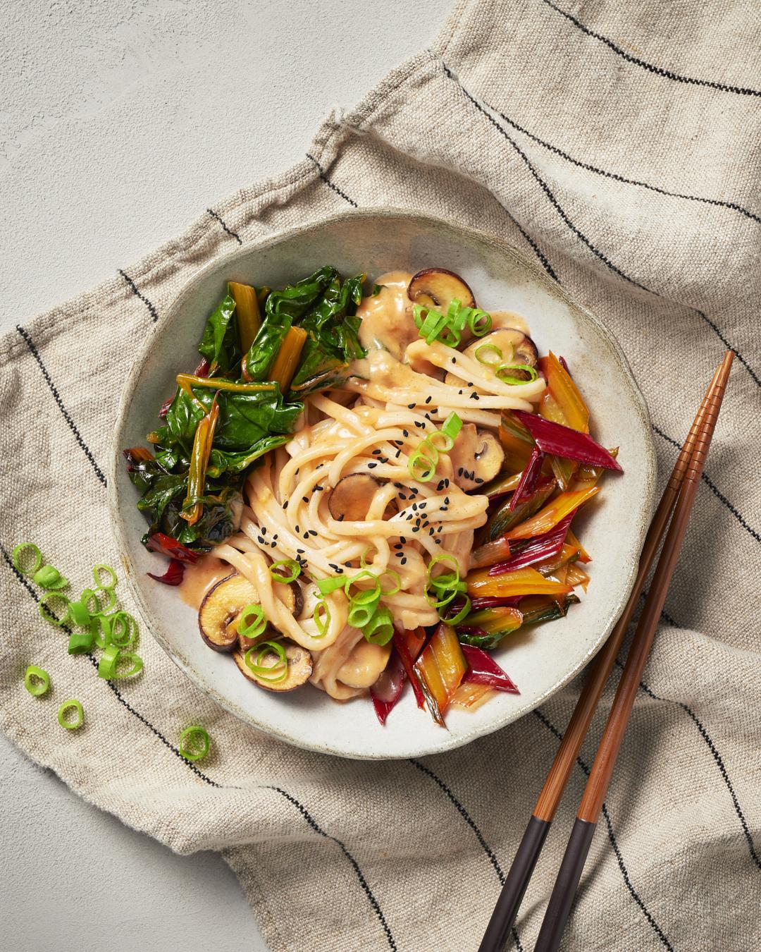 udon-nudel-bowl-mangold-miso-asiatisch-champignons-chopsticks