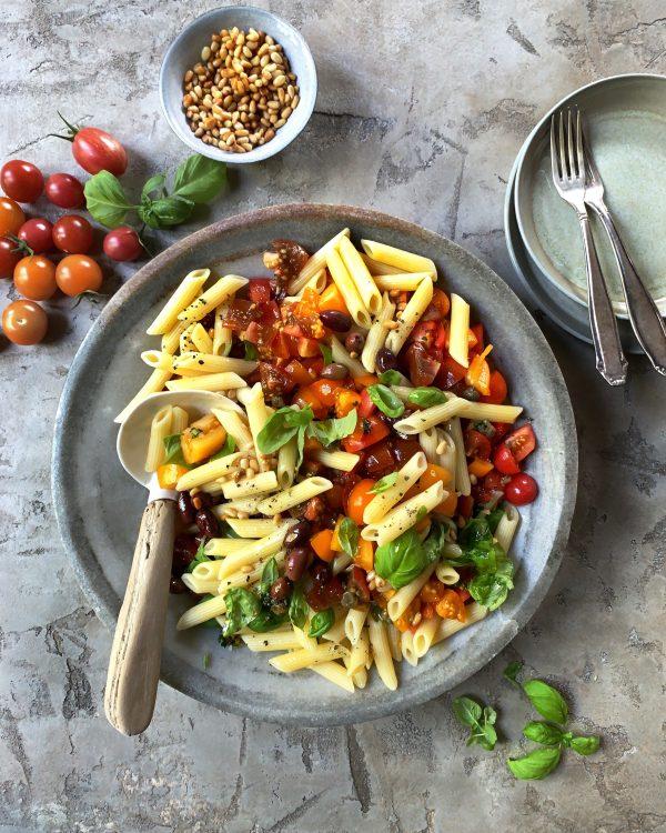 pasta-fredda-tomaten-nudeln-kapern-pinienkerne-sommerrezept-nudelsalat